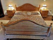 Bett Doppelbett Vollholz mit Nachtkästchen