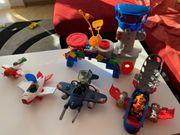 Flugzeuge Kontrollturm und Hubschrauber