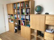 Buchen-Bücherregal -wand mit flachem Tisch