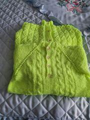 Selbstgestrickte Strickjacke und Pullover für