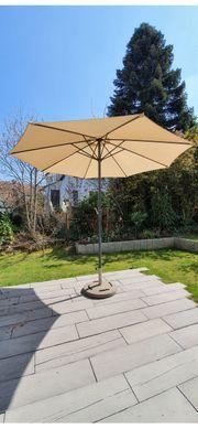 neuwertigen Sonnenschirm mit Betonständer