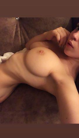 Heiße Bilder und Videos einer Studentin mit großen Brüsten in WhatsApp