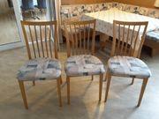3 Holzstühle zusammen um