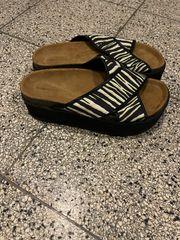 2x verschiedene Schuhe Marke