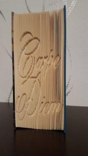 Ein gefaltetes Buch das etwas