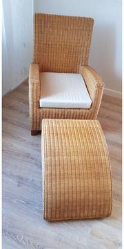 Rattansessel mit Sitzkissen und Hocker