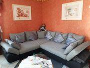 Große Couchgarnitur mit Kissen in