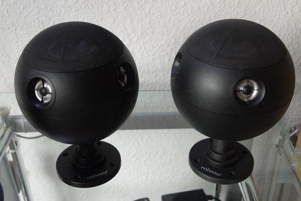 Ein Paar Kugellautsprecher im Retro-Design