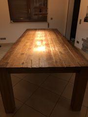 Handgefertigter Holztisch