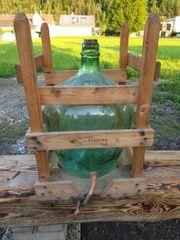 Glasballon im Holzgestell