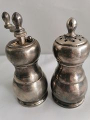 Kleine aus Metall gefertigtigte Salzstreuer