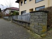 Gartenmauer mit Geländer und Metalltörchen
