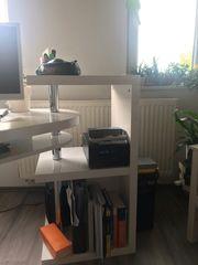 moderner Schreibtisch mit integriertem Regal