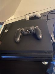 PlayStation 4 mit 2 Controller