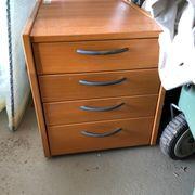 Schreibtisch mit dazugehörigem Container
