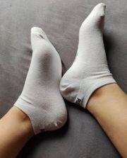Getragene Socken von junger Studentin