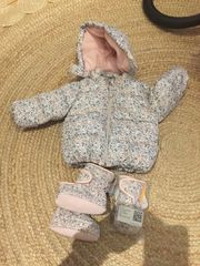 Babyjacke mit Boots und Handschuhe