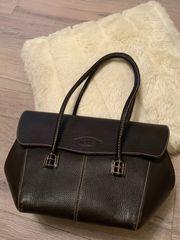 Gut erhaltene Damenhandtasche und passender