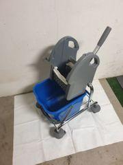 Putz-Reinigungswagen mit Presse