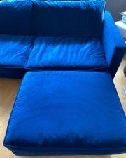Bequemes blaues samt Sofa