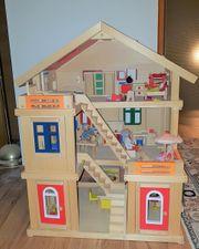 Großes dreistöckiges Puppenhaus aus Holz