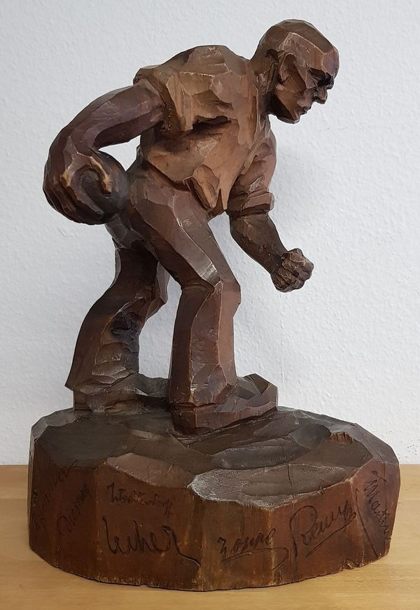 Alte Holzfigur Kegler auf mehrfach