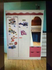 Kinderzimmer Schrank mit Bett