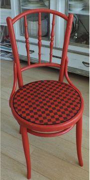 Antiker Stuhl im neuen Outfit