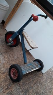Altes massives dreirad aus kindergarten