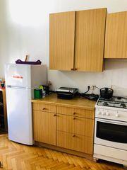 Küche mit Möbel und Geräte