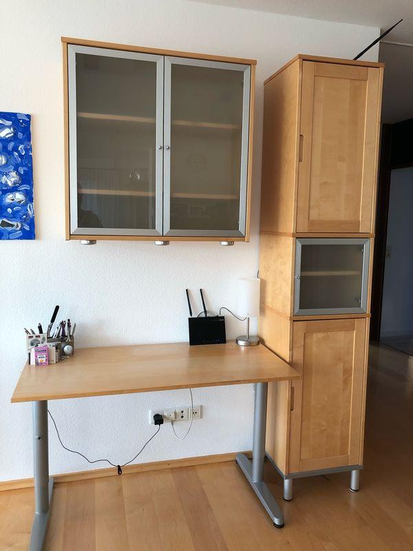 kleines Büro Schreibtisch mit Schränken