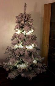 schöner künstlicher weihnachtsbaum mit kunstschnee