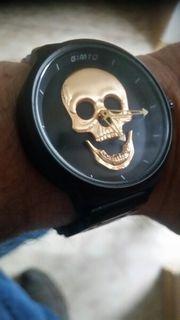 Uhr mit Totenkopf