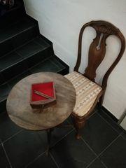Antiker Tisch und Stuhl