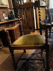Armlehnstuhl und vier Stühle