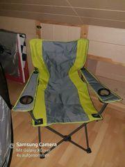 Zelt mit Stühlen