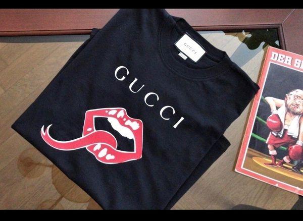 Ein neues Gucci GG T-Shirt