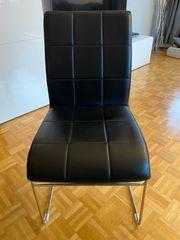 Vier schwarze Stühle zu verkaufen