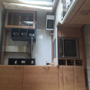 Buchefarbene Einbauküche mit Elektrogeräten