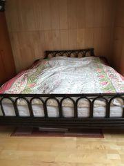 Doppelbett mit Matratzen und Lattenrost