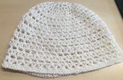 Sommerliche gehäkelte Mütze in weiß