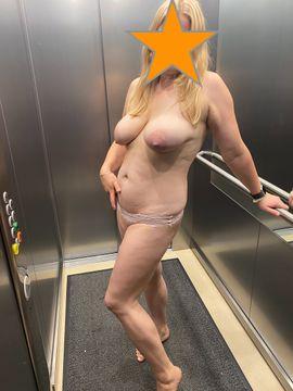 Erotische Bilder & Videos - Versaute Hausfrau bietet Bilder und