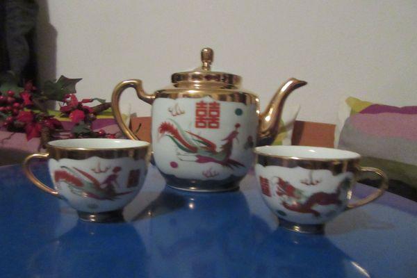 Teekanne und zwei Tassen Drachen