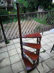 Büchertreppe nussbaum