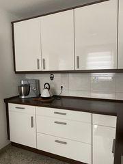 Hochglanz Küche mit brauner Arbeitsplatte