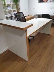 Schreibtisch mit kleinem Tresen