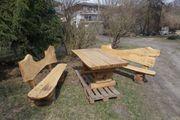 ein kunstvolles Set von Gartenmöbeln