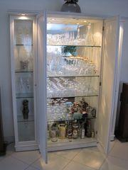 Schrank mit zwei Glasvitrinen und