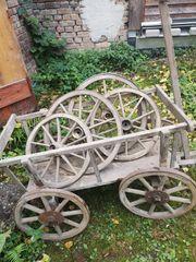 Antiker uralter Leiterwagen an Liebhaber