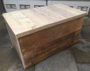 Truhe aus Holzbohlen